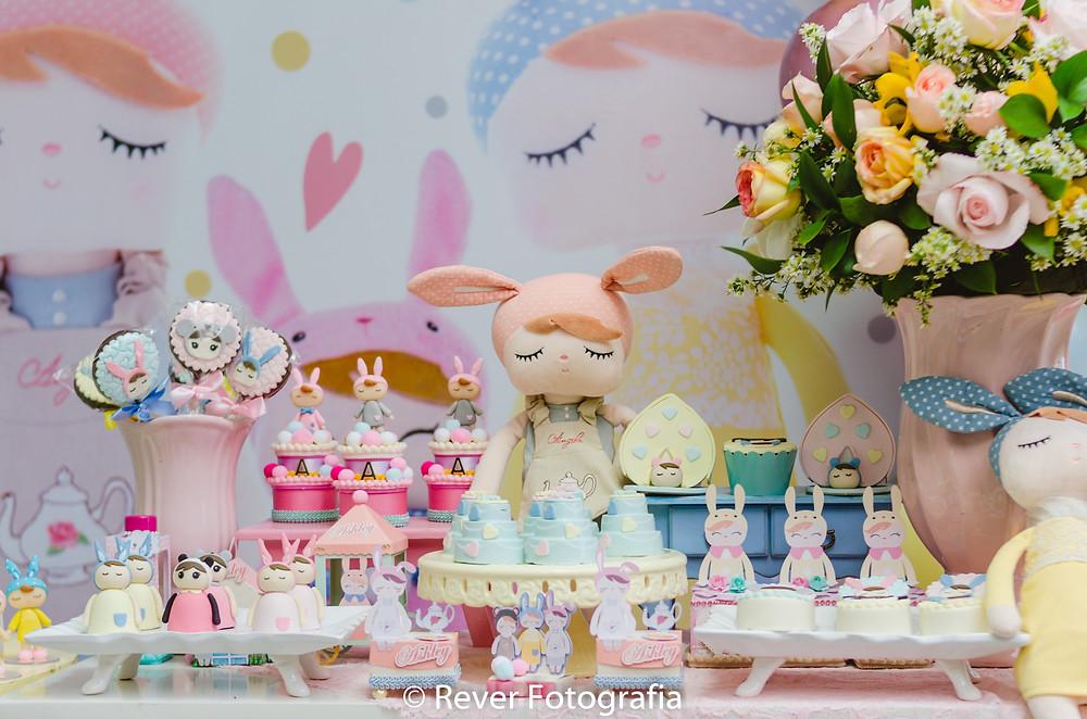 fotografia de mesa de esta infantil decorada com tema da boneca me too