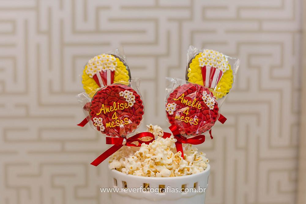 fotografia de pirulito decorado com tema pipoca