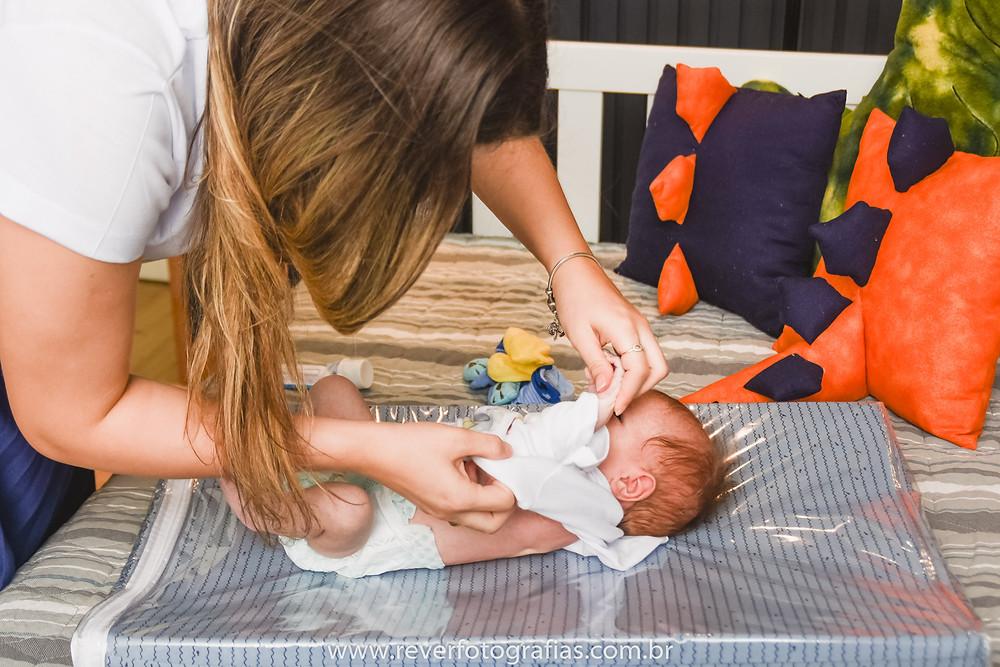 rever fotografias: mãe trocando roupa do bebê