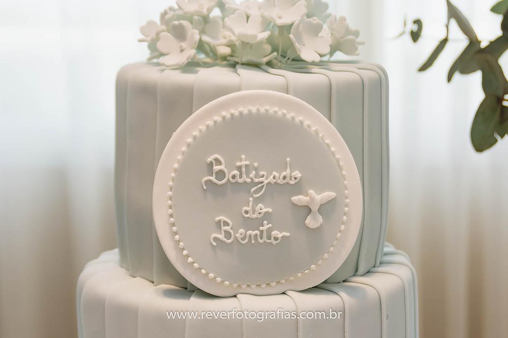 bolo de batizado azul e branco em pasta americana de acucar