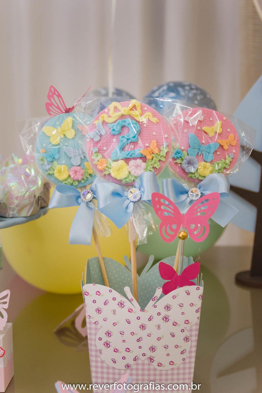 fotografia de pirulitos de chocolate decorados