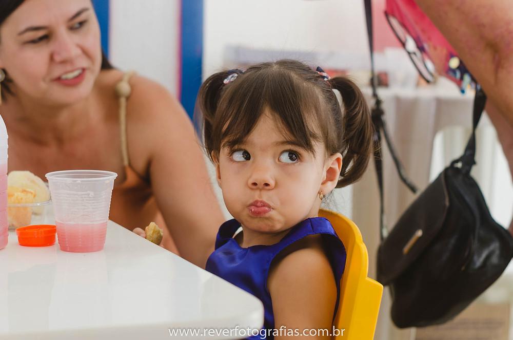 criança fazendo careta em festa infantil no berçário bebê e cia no bairro jardins