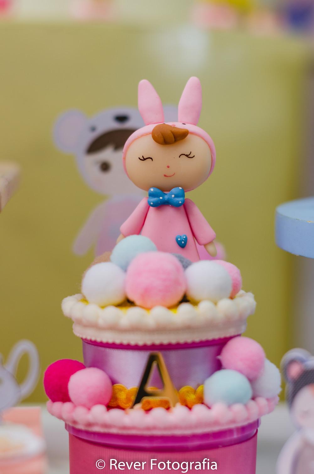 fotografia de decoração de festa com biscuit da boneca me too