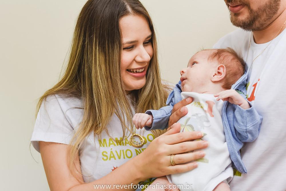 rever fotografias: mãe brincando com bebê recem nascido