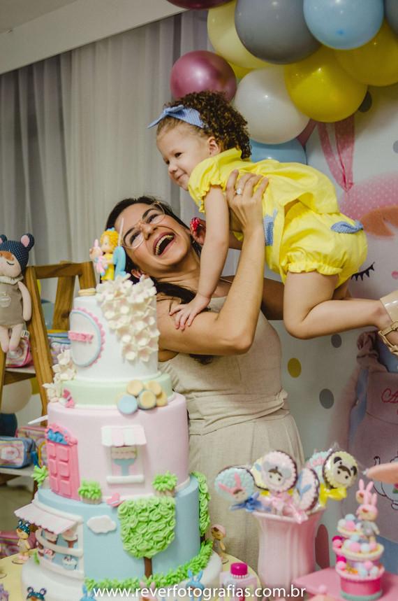 rever fotografias: fotografia criativa e espontanea de bebe sorrindo sendo levantada por sua mãe e sorrindo em festa de aniversário infantil de 2 anos com tema da boneca metoo realizada no salão de festas de condominio no bairro jardins na cidade de aracaju sergipe