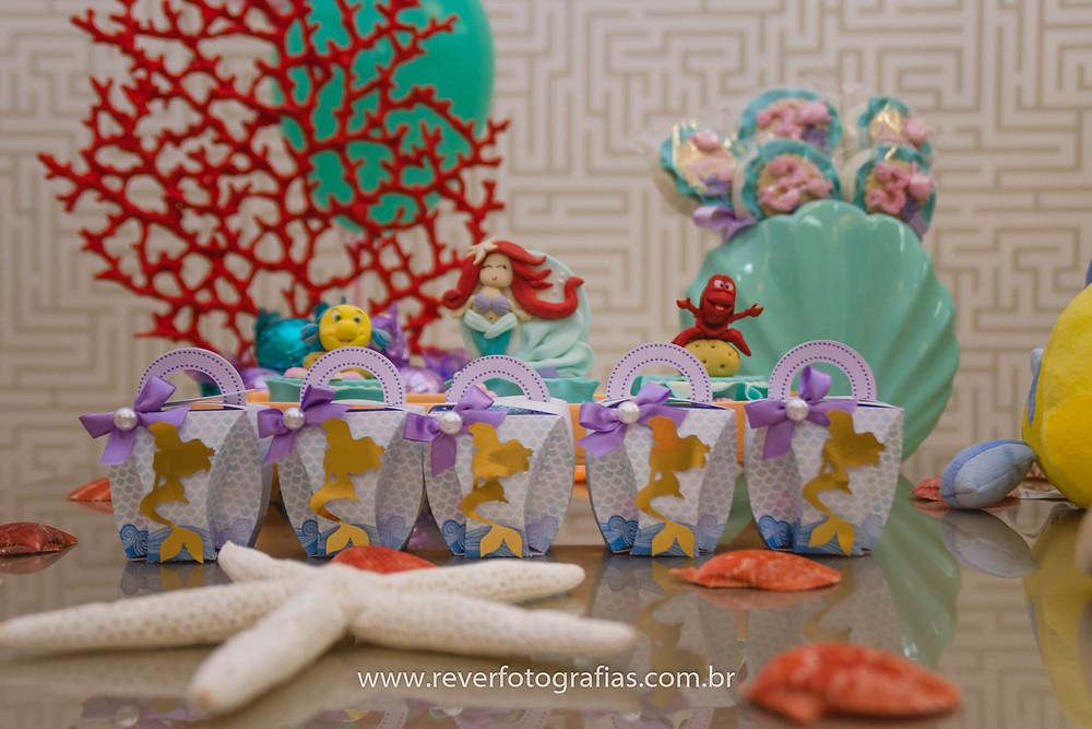 fotografia de decoracao de festa infantil com tema da princesa ariel