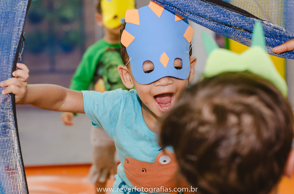 Rever Fotografias: crianças com máscara de dinossauro brincando em festa infantil em aracaju no bairro jardins