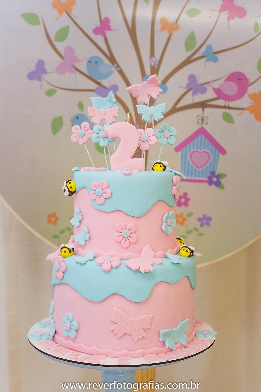 fotografia de bolo de festa infantil decorado em pasta americana tema borboletas