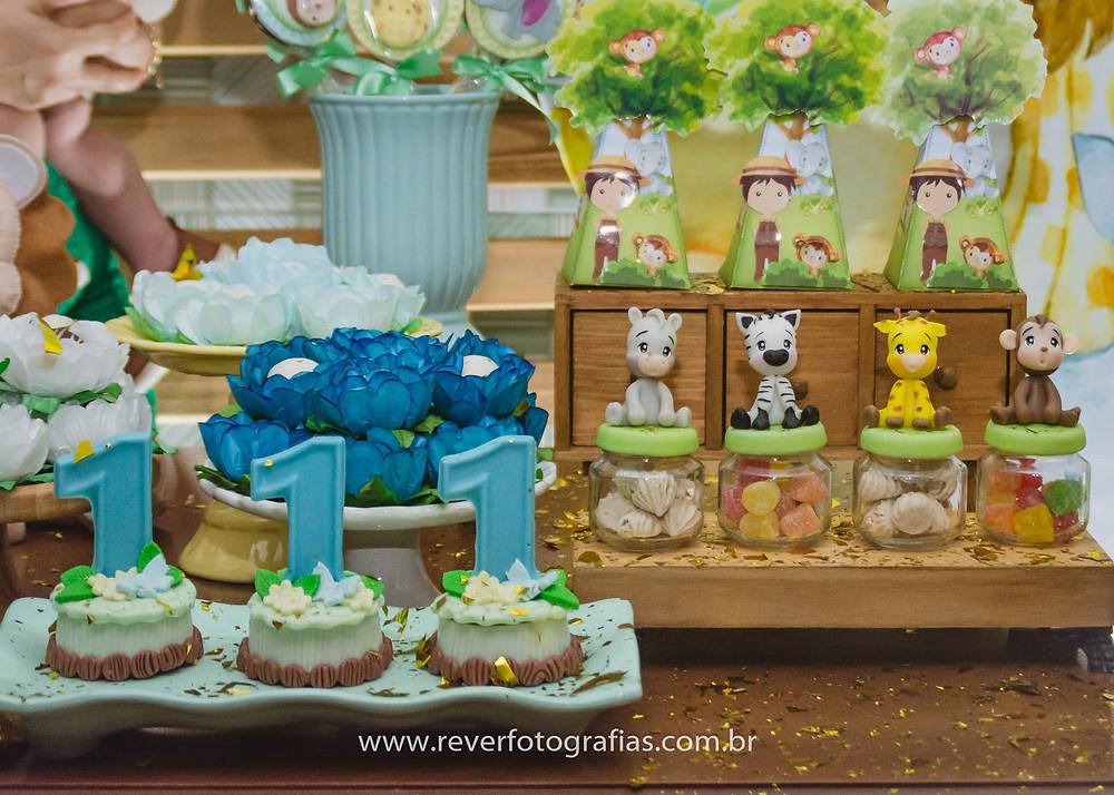 fotografia de mesa decorada com tema safari festa infantil