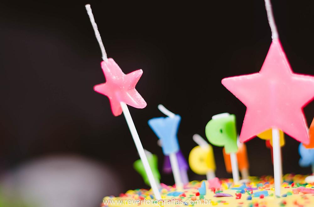 fotografia de velas em bolo de festa ifantil