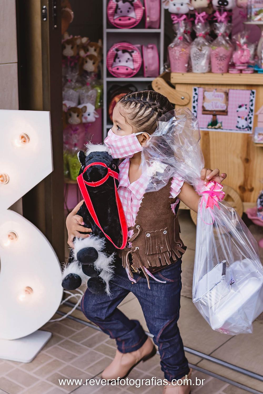 crianças aniversariante segurando kit festa em aniversario infantil drive thru em aracaju
