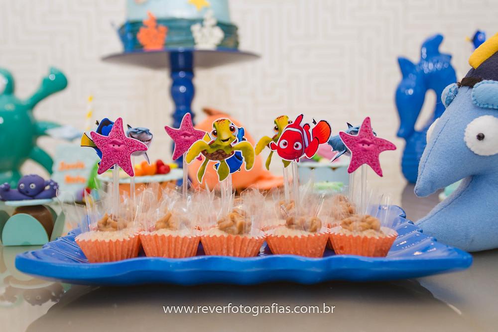 fotografia de doces de festa infantil decorados com personagens do nemo