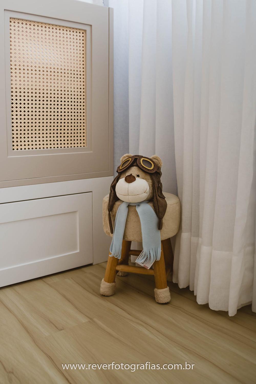 banquinho de urso aviador na decoração de quarto de bebe