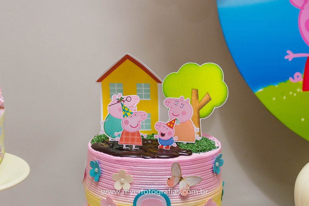 fotografia de bolo de festa infantil com tema da peppa pig