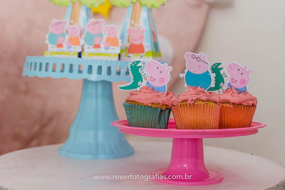 fotografia de cupcakes com glacê da peppa pig