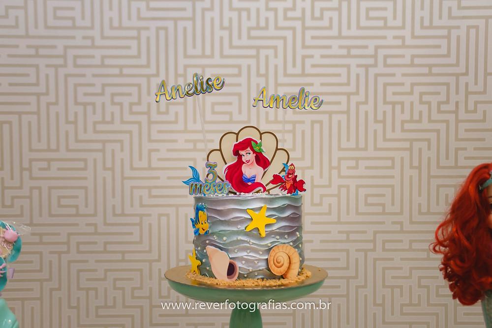 fotografia de bolo de festa infantil com tema ariel