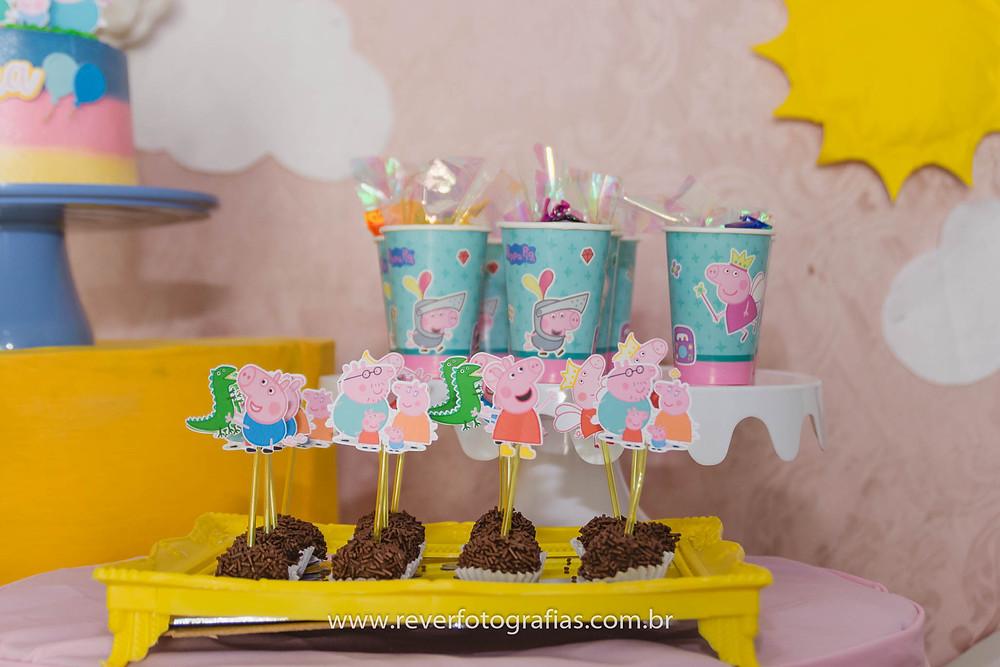 brigadeiros de festa de criança com decoração da peppa pig