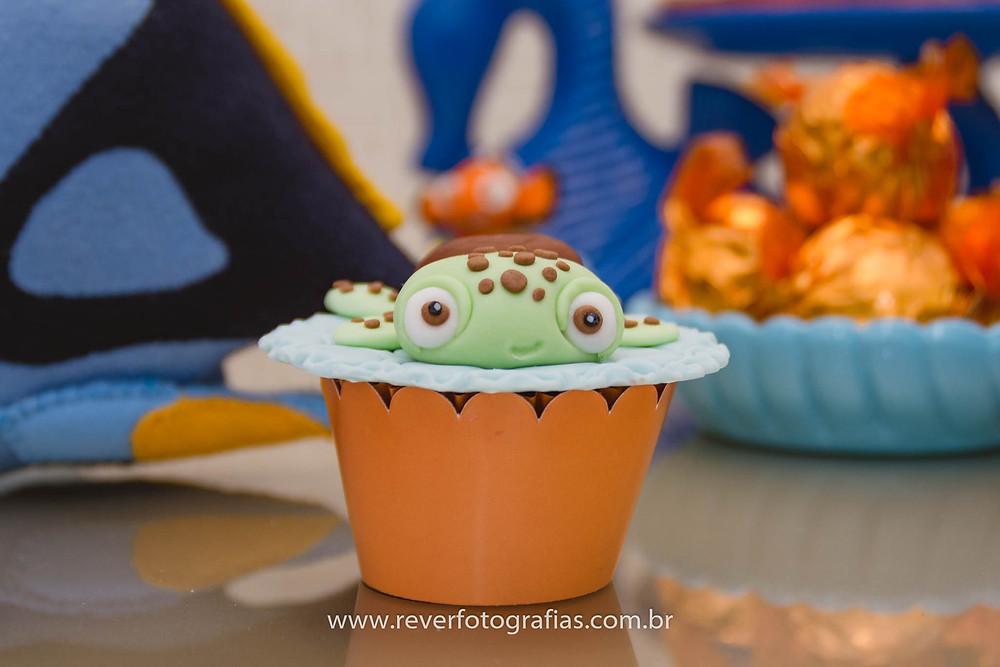 fotografia de cupcake de pasta americana decorado com tartaruga squirt