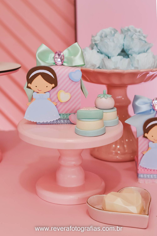 fotografia de personalizados de papelaria e doces com tons pasteis