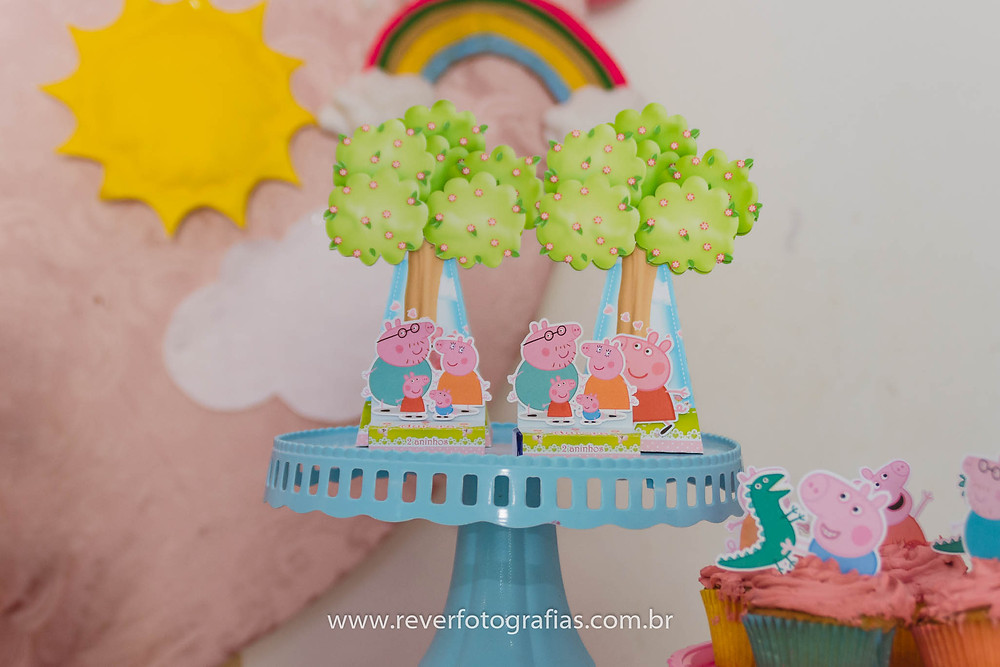 decoração com personalizados em papel com tema da peppa pig