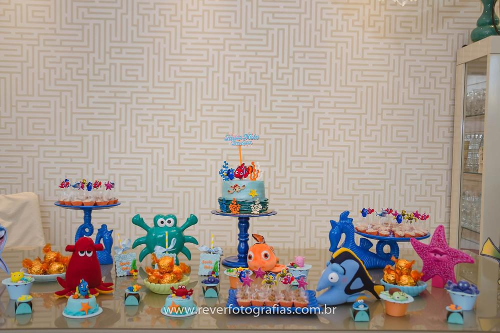 fotografia de mesa de festa infantil decorada com tema procurando nemo