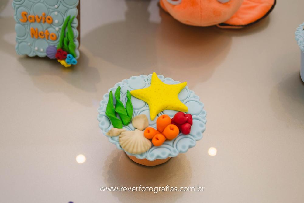 fotografia de cupcake decorado com tema fundo do mar