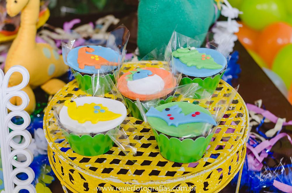 fotografia de cupcakes decorados com tema dinossauros