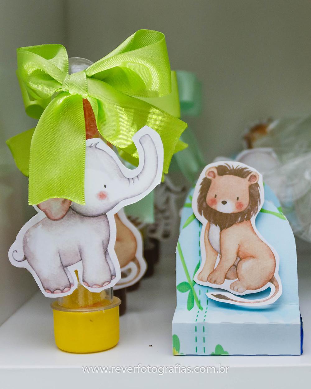 fotografia de personalizados para festa infantil com tema safari