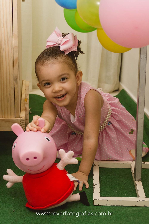 fotografia de menina segurando a peppa pig em festa infantil