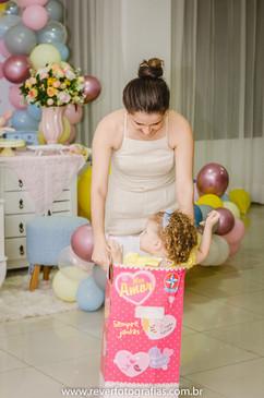 rever fotografias: foto criativa e espontanea de mãe brincando com sua filha dentro da caixa de boneca em sua festa de aniversário infantil de 2 anos com tema da boneca metoo realizada no salão de festas de condominio no bairro jardins na cidade de aracaju sergipe