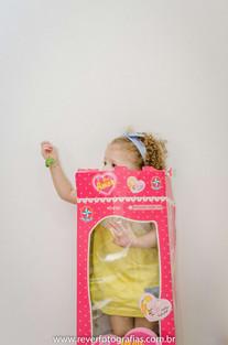 rever fotografias: foto criativa e espontanea de bebe dentro da caixa de boneca em sua festa de aniversário infantil de 2 anos com tema da boneca metoo realizada no salão de festas de condominio no bairro jardins na cidade de aracaju sergipe