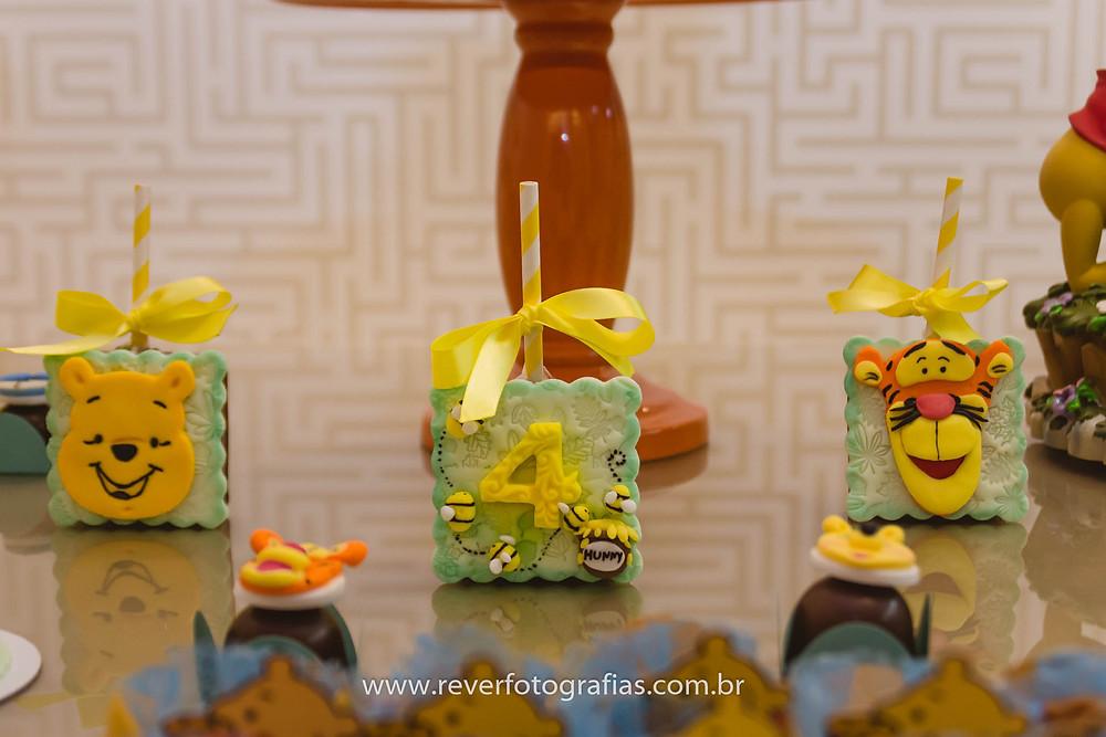 fotografia de pirulito decorados com tema pooh