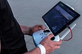 homem com controle remoto de drone