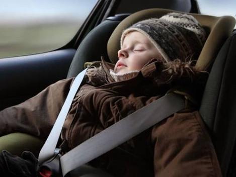 Dejar puesto el abrigo a los niños en el coche aumenta el riesgo de accidente