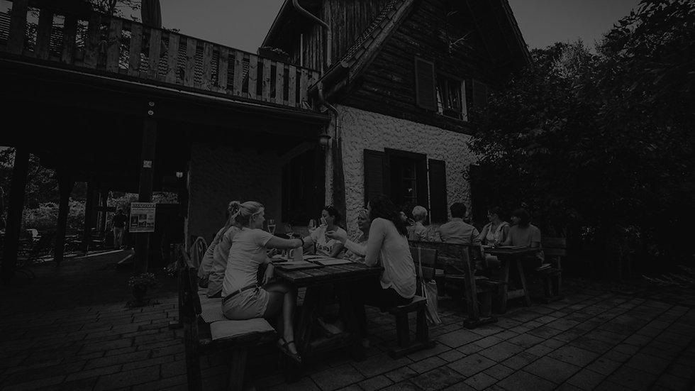 Terrasse-mit-Menschen-sw.jpg