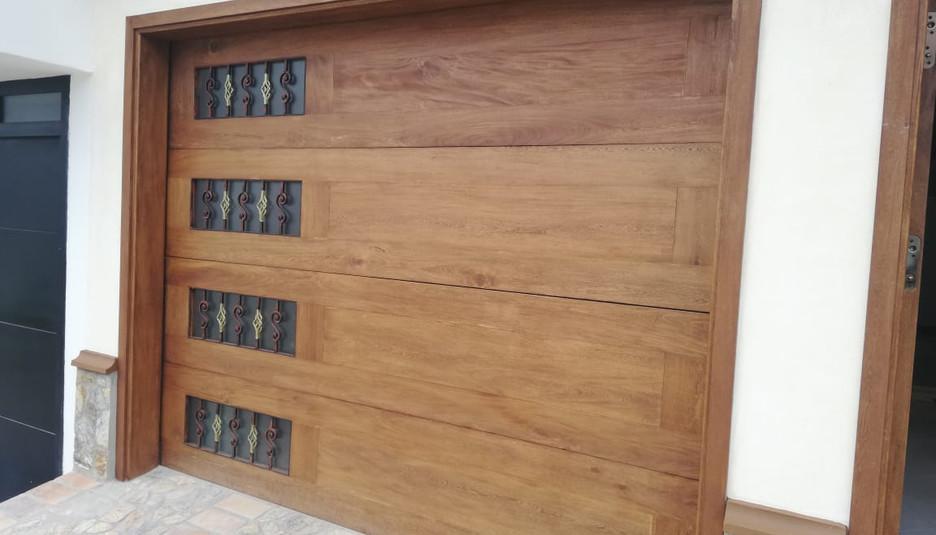 puerta de garaje en madera.jpeg