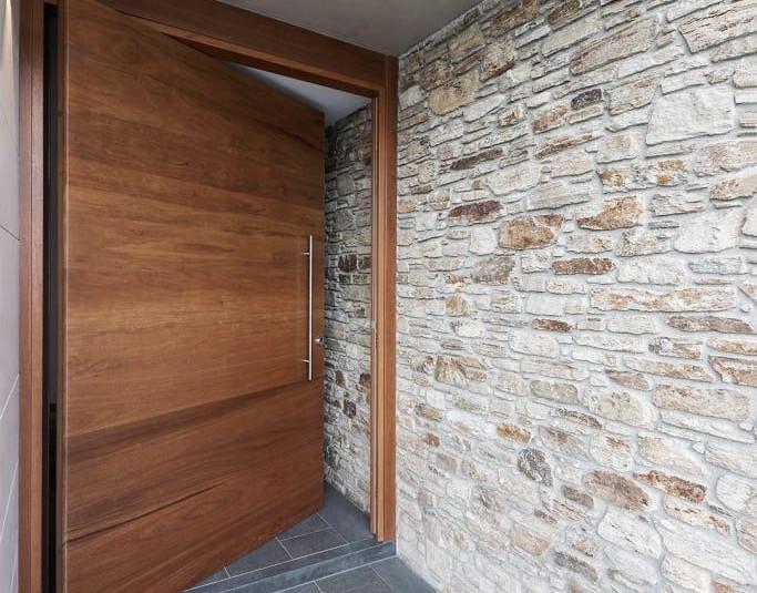 puerta grande de madera.jpeg