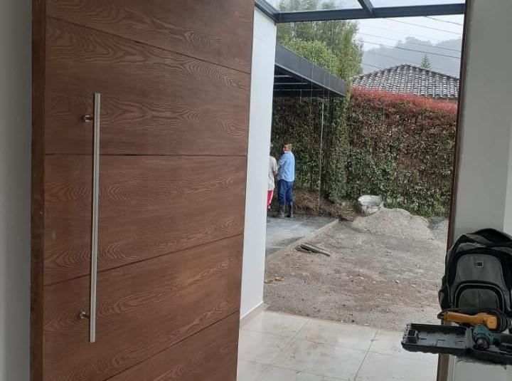 puerta moderna de madera.jpeg