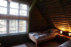 pokój z dużym oknem