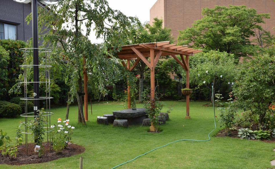パーゴラと天然芝のお庭