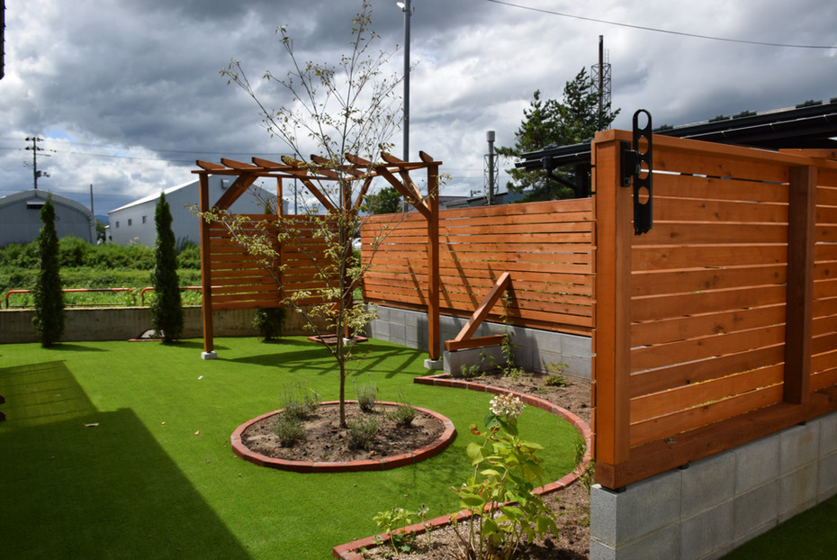 パーゴラとウッドフェンスが個性的なお庭