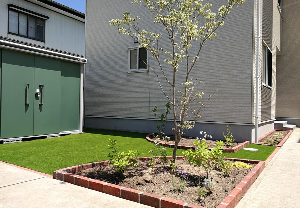人工芝とレンガの花壇
