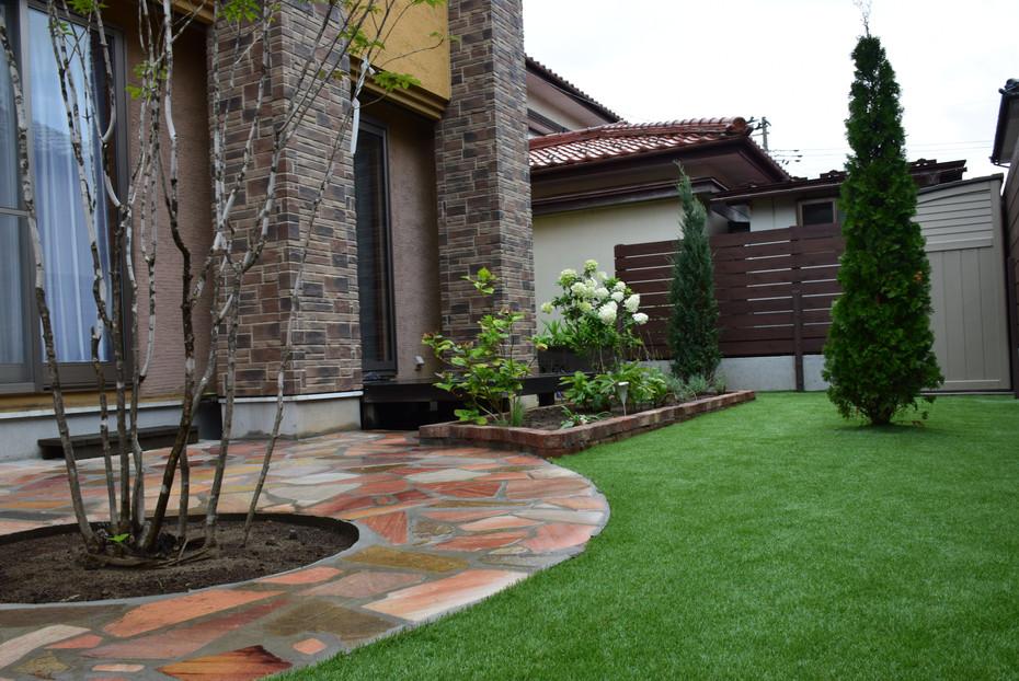人工芝と石英石のお庭