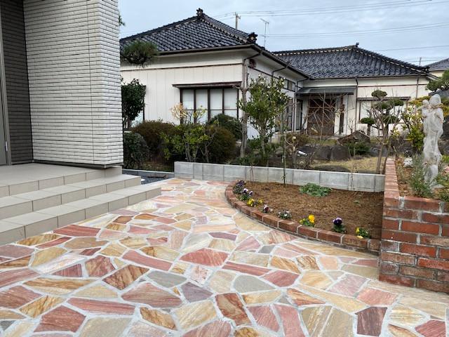 レンガ花壇と石英石のお庭