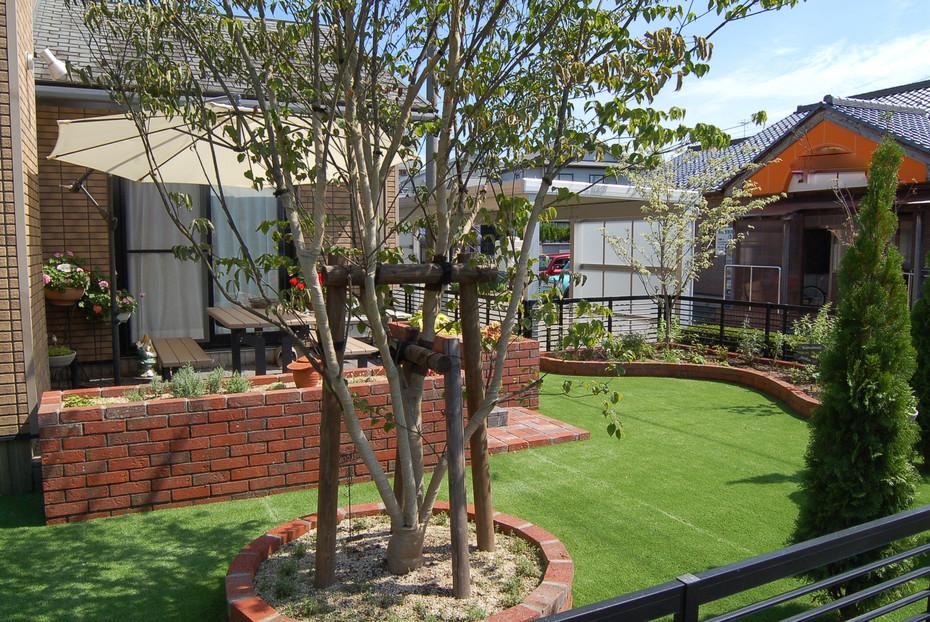 レンガ花壇と人工芝のお庭