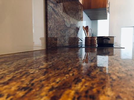 Vergleich von Küchenplatten aus Holz und Stein