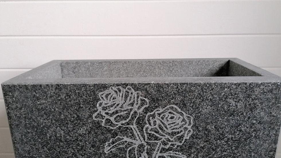 handgefertigter Blumentrog Granit mit Ornament