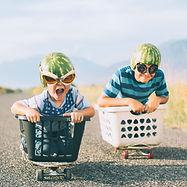 Young Boys corsa Indossando caschi angur