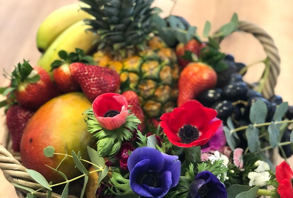 Cesta de frutas y flores