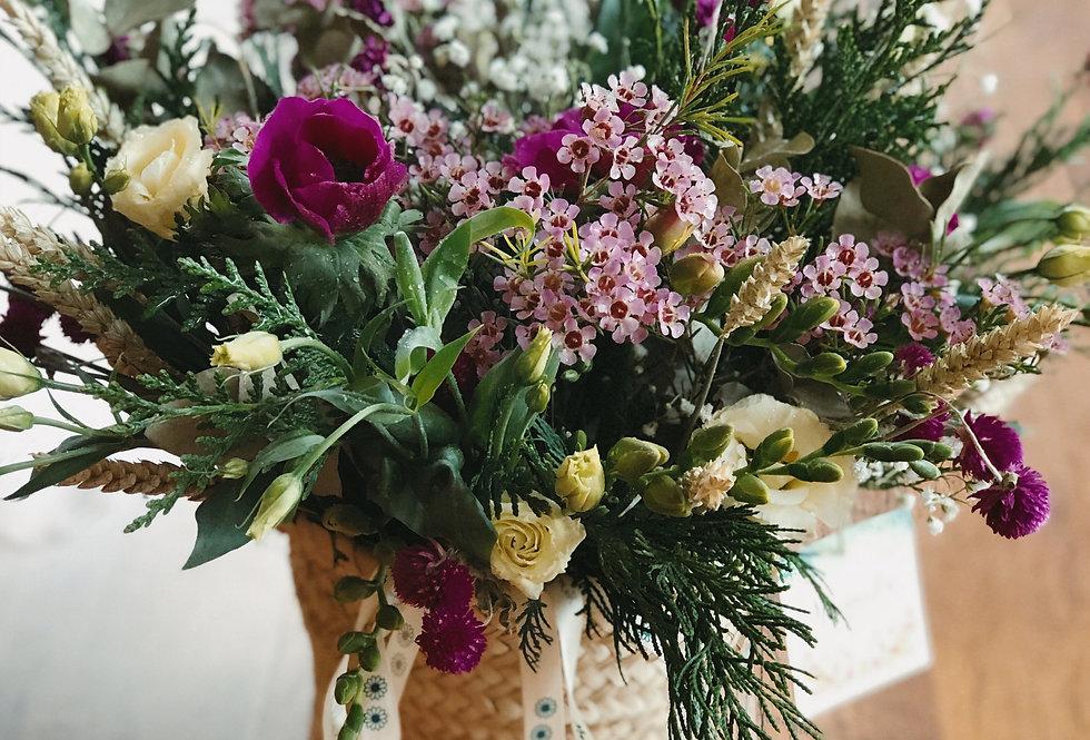 Cesto mimbre con flores naturales
